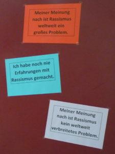 Stellwand mit Statements für eine Umfrage zu Rassismus